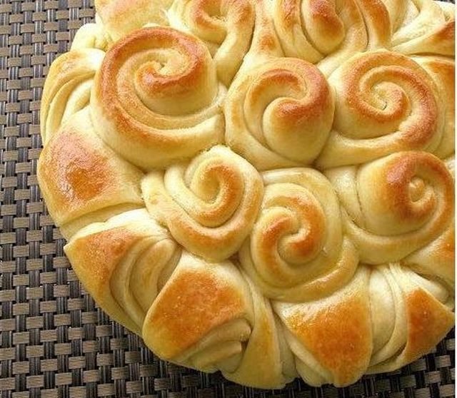 La ricetta semplice e golosa della torta di rose alla marmellata da preparare in casa