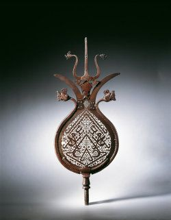This standard was made from a pear-shaped sheet of steel ending in two divergent outgrowths alluding to the two tips of the Dhu'l-fiqar sword.