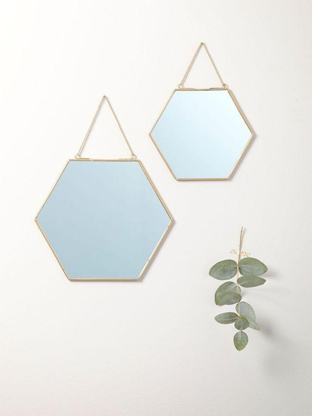 Lot de 2 miroirs dorés hexagonaux, avec une chainette de suspension, 15 x 17 cm et 20 x 23 cm, 19,90 euros, Cyrillus.