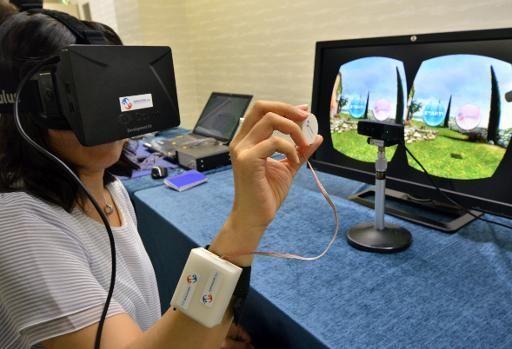 Une technologie 3D haptique a été mise au point par des chercheurs japonais du laboratoire Mirasens. A travers une bague fixée au bout du doigt, elle ajoute le sens du toucher à la réalité virtuelle.