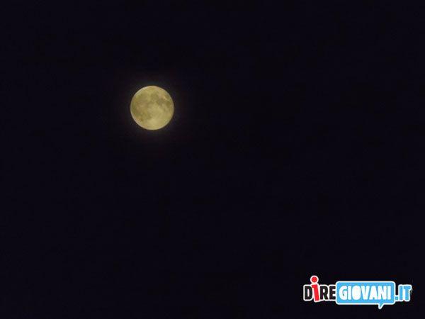Titolo: Immersa nel viola Descrizione: La luna e' immersa nella solitudine di un cielo viola. Si sente sola in tutta la sua maestosita' Nome dell'Autore: Irene Scubla