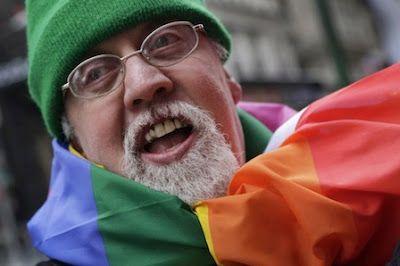 Muere Gilbert Baker, creador de la bandera arco iris, símbolo del Orgullo Gay. Fue un estrecho colaborador del activista Harvey Milk. AFP | El Mundo, 2017-04-01 http://www.elmundo.es/sociedad/2017/04/01/58df46ece2704ed42f8b4629.html