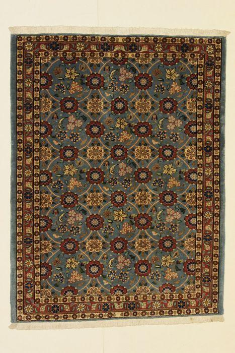 VARAMIN tapijt Iran vóór 1970 150 x 110 cm  Naam: VARAMIN.Herkomst: Iran (centrum).Afmetingen: 150 x 110 cm.Wol.Deze tapijten worden gemaakt in de stad van Varamin in Noord-Iran door stammen die zijn neergestreken. De laatste zijn beroemd om hun verfijnde ontworpen tapijten in rood oranje oker en blauw tinten. Vaker wel dan niet het tapijt display een patroon van Mina Khani dat een herhalend patroon met bloemen geregeld vier door vier op een veld van het drukke centrum.Verkocht met…