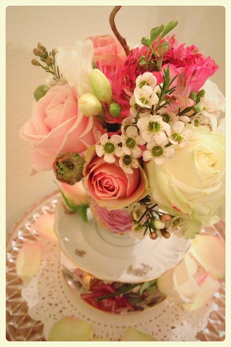 Tazze al profumo di fiori, per un centrotavola insolito...Tea cups & flower for your centertable!