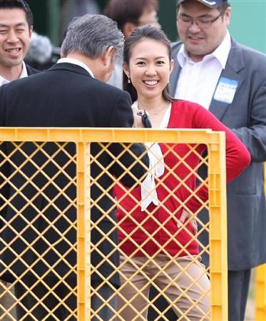 TBS・高畑百合子アナウンサーの体を舐めるように撮影するみのもんた(左)=12日、沖縄県名護市の名護球場(撮影・川口良介)