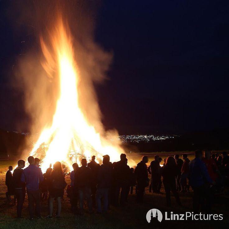 Sommersonnenwende  . . . #midsummer #sonnenwende #june21st #linz #summer #sonnwendfeuer #fire #juni #bonfire #igerslinz #nightout #brauchtum #traditional #upperaustria #visitaustria #oberösterreich #feuer #view #blacksky #austria #flames #dusk #sonnwendfeier #sundown #heimat #hometown