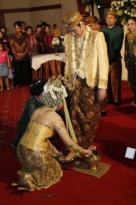 Dalam prosesi pernikahan adat Jawa, pengantin pria akan menginjak telur ayam dengan kaki telanjang. Hal ini bermakna bahwa ia akan menjadi kepala keluarga dan pencari nafkah utama bagi keluarga. Sakitnya kaki terkena cangkang telur dimaknakan sebagai sakitnya nanti berjuang untuk keluarga.