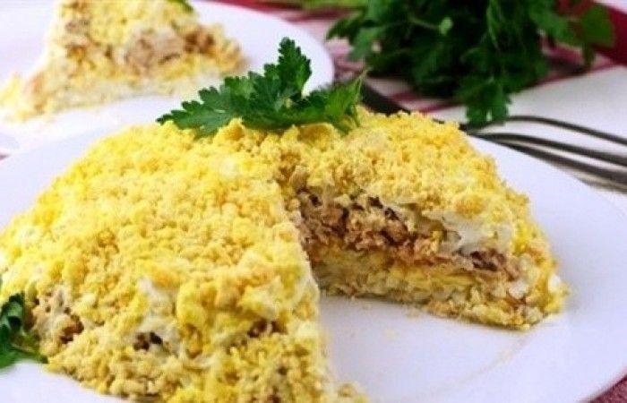 """Салат """"Мимоза"""" на скорую руку http://mirpovara.ru/recept/2500-salat-mimoza-na-skoruyu-ruku.html  Предлагаем вам довольно простой и недорогой рецепт всем известного советского салата """"Мимоза"""" на ско...  Ингредиенты:  • Консервы рыбные - 200г. • Сыр твердый - 100г. • Яйцо отварное - 5шт. • Лук репчатый - 1шт. • Масло сливочное - 80г. • Петрушка - по вкусу • Майонез - по вкусу • Соль - по вкусу  Смотреть пошаговый рецепт с фото, на странице…"""