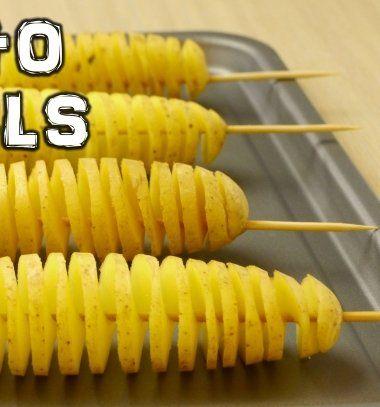 Ez a spirál alakú burgonyaszirom, hihetetlen de villám gyorsan elkészíthető egy egyszerű hurkapálcika (vagy hústű) segítségével! Kreatív ötlet ugye? Lepd meg teszeretteidetezzel a különleges, finom és egészséges nasival! A spirál chips elkészítése rendkívül egyszerű: Egy kisebb krumplin szúrj át hosszában egy hurkapálcikát, szögben vágj bele a pálcikáig majd óvatosan forgasd körbe körbe a krumplit,majd ha a végére értél finoman húzd szét a nyárson. Locsold meg egy kis olajjal, ízlés…