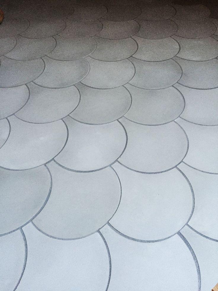 Fish Light Grey. Våra cementgolv är inte målade. Det är ett ca 5mm infärgat marmorkrosslager som genom ett enormt hantverk sätts i dessa fantastiska mönster. Plattorna är handgjorda och variation i färg är normalt. Våra golv är mycket finkorniga (vilket ger skarpa konturer mellan färgerna) och hårda. Cementgolv är lättskötta och tåliga, de åldras vackert och passar bra med golvvärme. Organic är 17 mm i tjocklek passar bra både på golv och vägg med sina milda vackra färger. Våra cementgolv…
