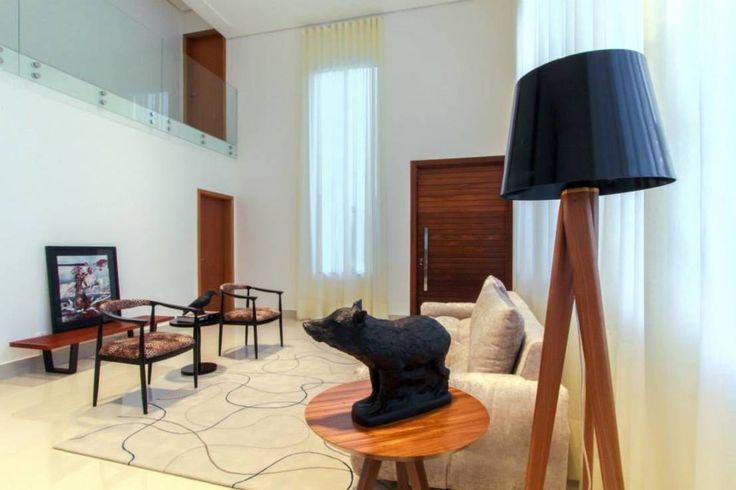 Modern living room interior design. Luminária, Lighting by: Tony Santos Arquitetura