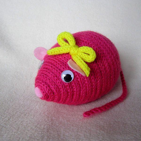 Myška Agátka Dekorační myška Agátka k je zhotovena z polystyrenového vajíčka, akrylové příze a plsti. Myška je vhodna jako dekorace nebo hračka pro děti. Rozměry: délka 14 cm, výška 10 cm, délka ocásku: 17 cm