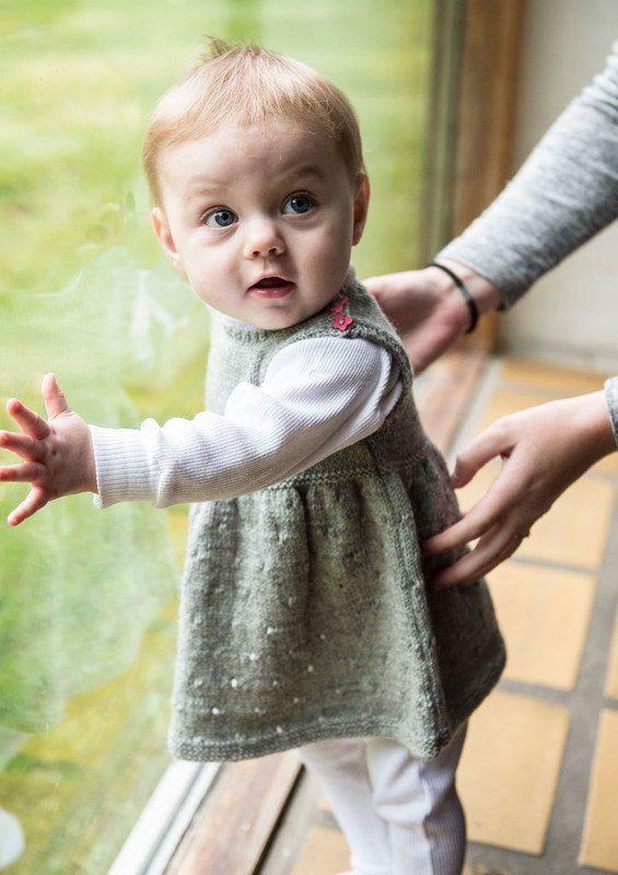 Yndig babypigekjole med det fine lille hulmønster i skørtet. Bumbo by Mayflower. Strik denne flotte fine yndige lille kjole i