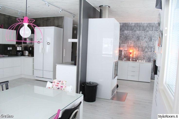 olohuone,keittiö,senkki,pinkki lamppu,puiden säilytys
