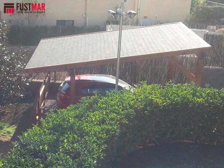 Pergola de madera de abeto laminado adosada lasurado en color nogal, con techo de madera machihembrada y acabada con tegola americana. www.fustmar.com