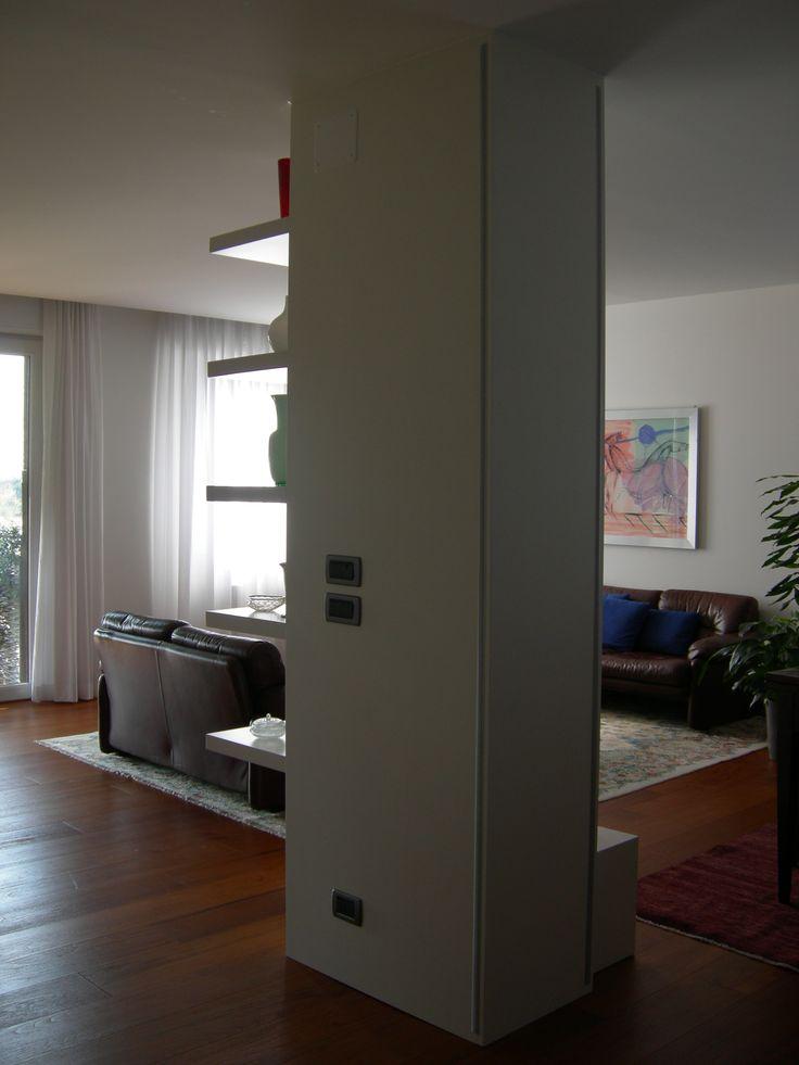 Porta TV il Legno Laccato Bianco Opaco che riveste un pilastro nel quale sono stati incassati due barre a LED