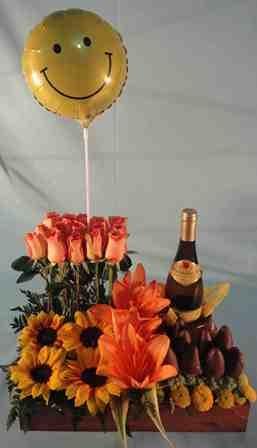 Delicada bandeja de rosas, acompañada con deliciosas fresas bañadas con chocolate, un globo metálico y un vino.