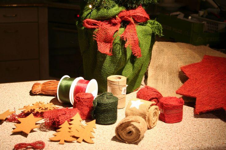 Video-Anleitung: Wie mit wenig Aufwand und grosser Wirkung eine Zuckerhutfichte in einen bezaubernden kleinen Weihnachtsbaum verwandelt wird.