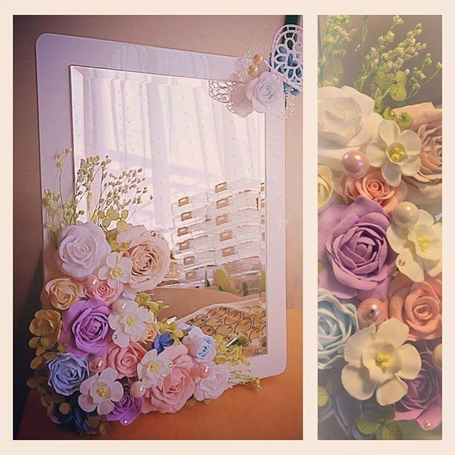 お母様のお誕生日にと依頼されて… これからも益々美しく元気であられますようにと鏡に様々なカラーのバラのお花をアレンジしました。✨ 真っ白な粘土から 花びら一枚一枚 その時々でできあがる色彩で作品を作りあげていくので あーでもないこーでもないと ぐるぐる頭をまわしながら出来上がった作品は 毎回  とても愛着がわき手放すのがとてもさみしくなります  でも、手に取って頂いたときのお客様反応をみてその気持は一転 有頂天になってしまう私又いっぱい作品作ろう❣️みなさんに喜んでもらえるものたくさん❣️ 明日お渡しするの楽しみ❣️ しかし…鏡の写真撮るの下手くそすぎ    #プリザーブドフラワー #フェイク #樹脂粘土 #ハンドメイド #ナチュラル雑貨 #プレゼント #鏡 #薔薇 #スワロフスキー #キラキラ #craful2017春コンテスト #craful