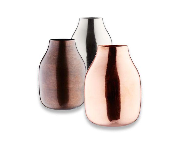 Vasene Ironic er flotte, dekorative og utført i eksklusive metaller som f.eks. kobber og messing.