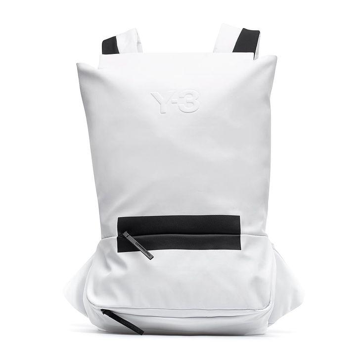 """Zaino FS dalla collezione P/E2016 Y-3 by Yohji Yamamoto in bianco Creata nel 2002, Y-3 è una linea realizzata da Yohji Yamamoto in collaborazione con Adidas: la """"Y"""" rappresenta il designer giapponese mentre il """"3"""" le tre inconfondibili strisce, logo del brand di sportswear. Le visioni ed innovazioni di Yamamoto si uniscono alle tecnologie di Adidas, per un prodotto finale ricercato d'avanguardia. Questo zaino FS è della nuova collezione di Y-3, la linea di Yohji Yamamoto realizzata in…"""