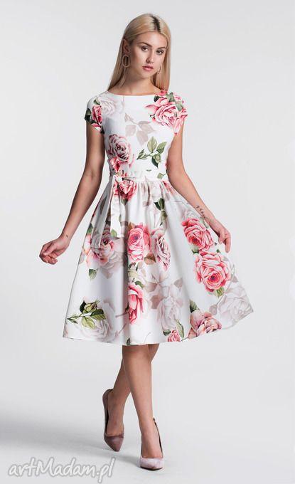 416397bc4e Sukienka ma dość płytki dekolt w kształcie łódki. Fason ten posiada krótkie  rękawki. Sukienka zapinana jest z boku na kryty zamek.
