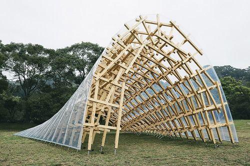 パビリオンは17の木組みのアーチで構成。その上に厚さ0.25mmのETFE(フッ素樹脂フィルム製の膜材)を張っている(写真:隈研吾建築都市設計事務所)