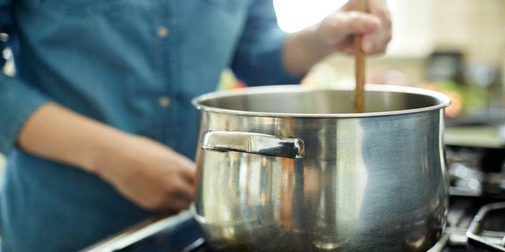 Sommige producten zijn natuurlijke smaakmakers. Ook dit product uit de Italiaanse keuken is er zo eentje.Elke saus, soep, stoofschotel of risotto wordt lekkerder als je dit geheime ingrediënt eraan toevoegt. Natuurlijke smaakmaker voor soep en saus Is de korst van je Parmezaanse kaas te hard geworden om deze nog te schaven of raspen? Gooi deze…
