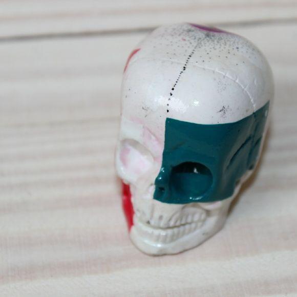 Caveira Geométrica em gesso com pintura em tinta acrílica.    Facebook: NTS art Instagram: nts_art  Email: nts.stencil@gmail.com  Loja online: http://www.elo7.com.br/nts  #arte #art #canvas #decoração #decor #design #pintura #casa  #NTSart #painting #decoration #cerâmica #caveira #objeto #skull