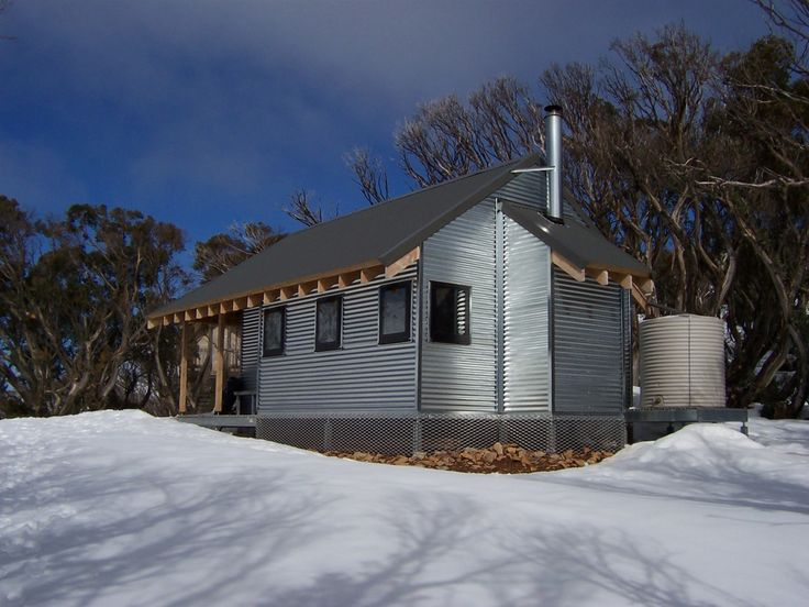 Federation Hut is situated on the treeline at the top of Bungalow Spur near Little Feathertop. The hut was renovated and reclad in timber by Ian Stapledon in 1988 but was destroyed by the 2003 Eastern Victorian alpine bushfires before being rebuit in 2005.