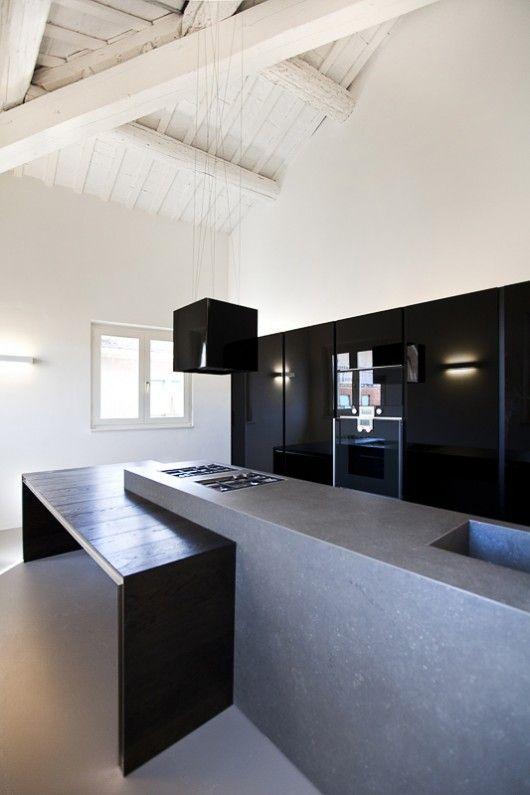 Plan de travail en béton dans une cuisine noire