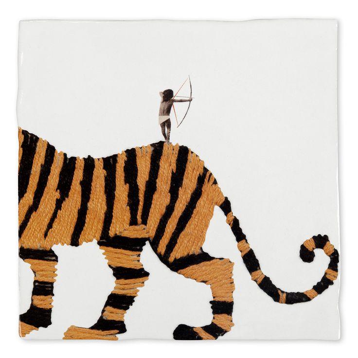Herleef de talloze dromen die je als kind had om de dapperste, grootste en sterkste te zijn! Dit dappere kleine mannetje en zijn knuffeltijger zijn op avontuur. Spring achterop en ontdek jouw innerlijke tijger, als je durft!