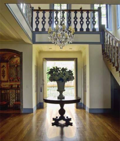 Um hall grandioso, com pé-direito duplo (6,30 m), recebe os visitantes. Perm...