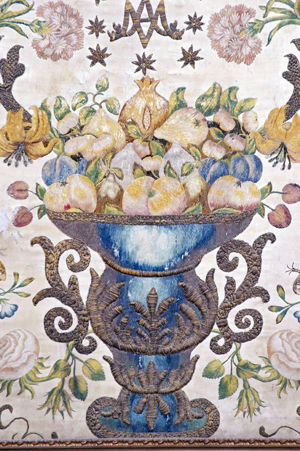 Manifattura laziale Paliotto d'altare Inizio del XIX secolo Seta ricamata con fili di seta policromi. Decorazione con motivi floreali e racemi che si diramano da un vaso al centro Leonessa (Rieti) chiesa di San Pietro