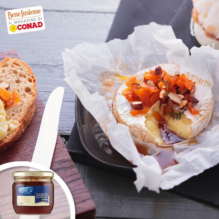 Il gusto di certi formaggi risulta esaltato se a contrasto con un sapore dolce: come questo Camembert al forno con frutta secca e mandorle, arricchito dal miele di castagno! Clicca sulla foto per la ricetta di #Conad Bene Insieme
