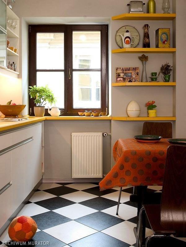 Пол из плитки, составленный в шахматном порядке на узкой кухне