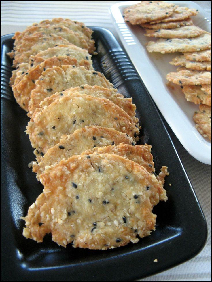 crackers fromage (Pour une trentaine de crakers) : 50 g de Tomme de Savoie râpée - 20 g de beurre mou (j'utilise du beurre demi sel) - 35 g de farine - 10 g de flocons d'avoine - 1 cuillère à soupe  de graines de sésame noir (j'utilise un mélange tout fait de sésame bicolor) - Fleur de sel