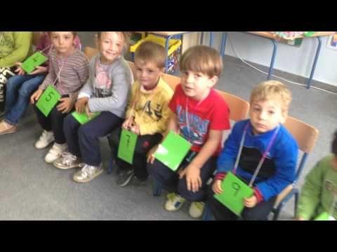 A través del juego de la Silla, empiezan a tener conciencia de la Secuencia numérica al tener que ordenarse. Niños de 3 años de edad.