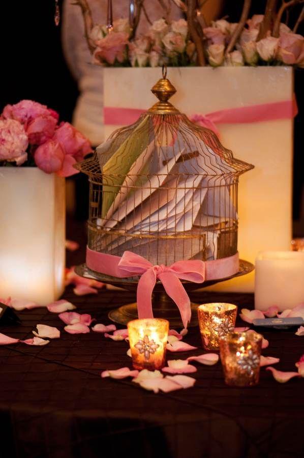 En vez de utilizar una caja o baúl para la lluvia de sobres en una boda, puedes utilizar una jaula de aves. #DecoracionBodas