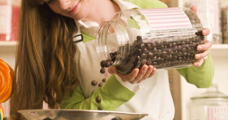 Como construir um modelo de célula humana. Existem muitas maneiras diferentes de criar um modelo de célula humana, incluindo o uso de materiais comestíveis para representar as várias partes do todo. Aqui está um exemplo de como construir um modelo celular com bolo, glacé e doces.