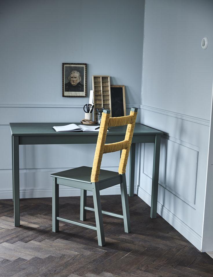Geef je eetkamerstoelen een boost! Door een laagje verf zien de stoelen er weer als nieuw uit | Wooninspiratie DIY IKEA IKEAnl IKEAnederland pimpen blauw eetkamer stoelen IVAR stoel INGO tafel blauw zeeblauw draad inspiratie