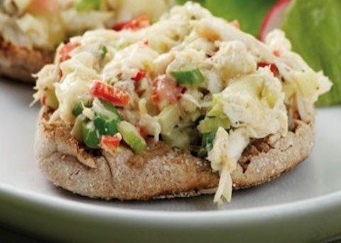 Il crostone al granchio è una ricetta perfetta per un antipasto di pesce e può rappresentare una ottima preparazione di finger food: si prepara rosol...
