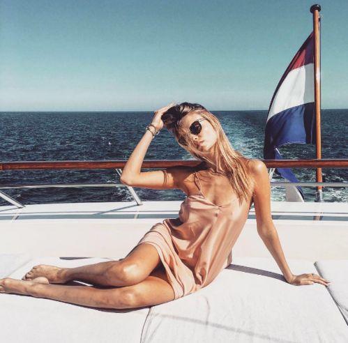 Natasha Poly sur un yacht
