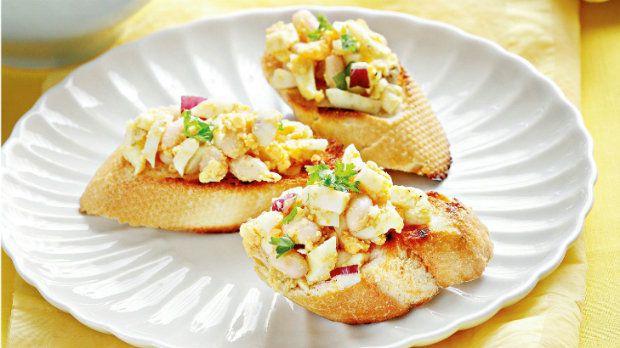 Pomazánky jsou vděčné a ideální jako rychlá večeře z toho, co dům dal. A pokud zbyde, můžete si ji dát druhý den k snídani nebo k svačině.