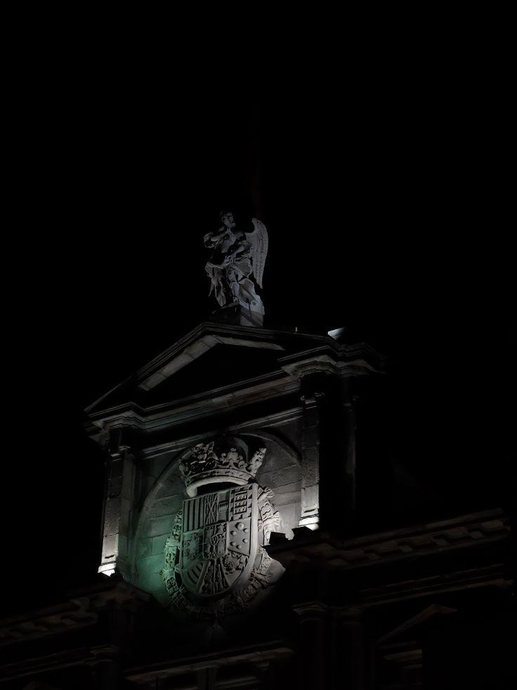 Palacio de Santa Cruz. Escudo, fronton y remate de la fachada