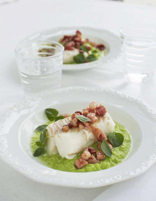 """""""Inspirerad av sättet man tillagar torsk i Norge, då gör man en puré på gröna ärtor och serverar med stekt fläsk."""" - LCHF"""