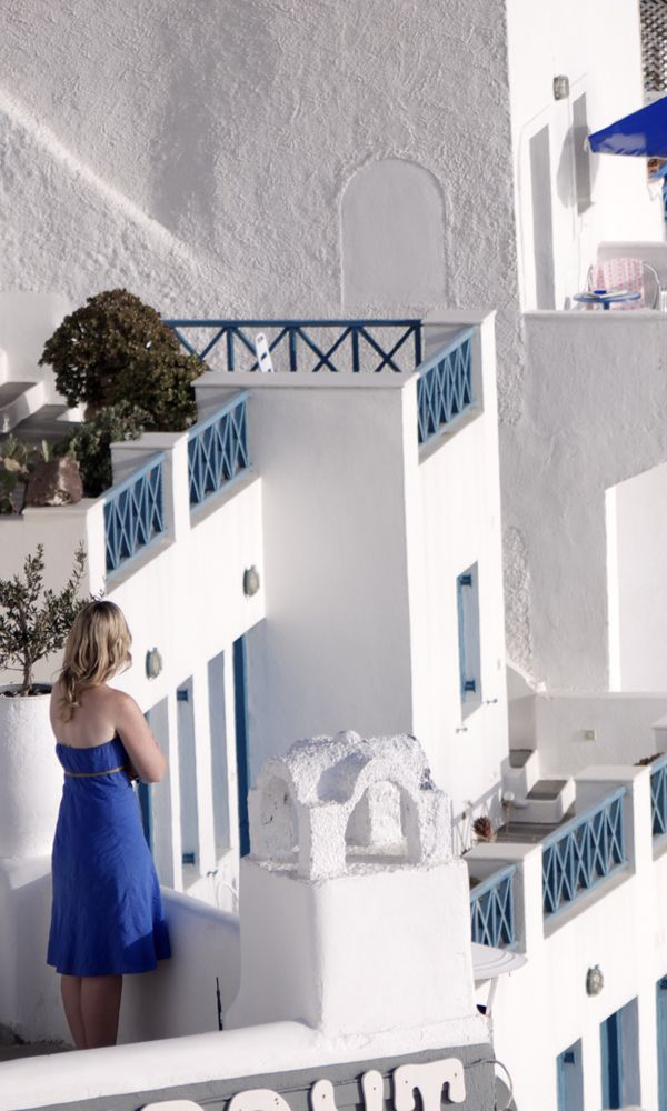 Blauw-witte huisjes op #Santorini https://www.zomerzin.nl/bestemmingen/griekenland-reizen/bouwstenen/cycladen-eilanden/santorini/ #Griekenland #zomerzin #vakantie #zomer