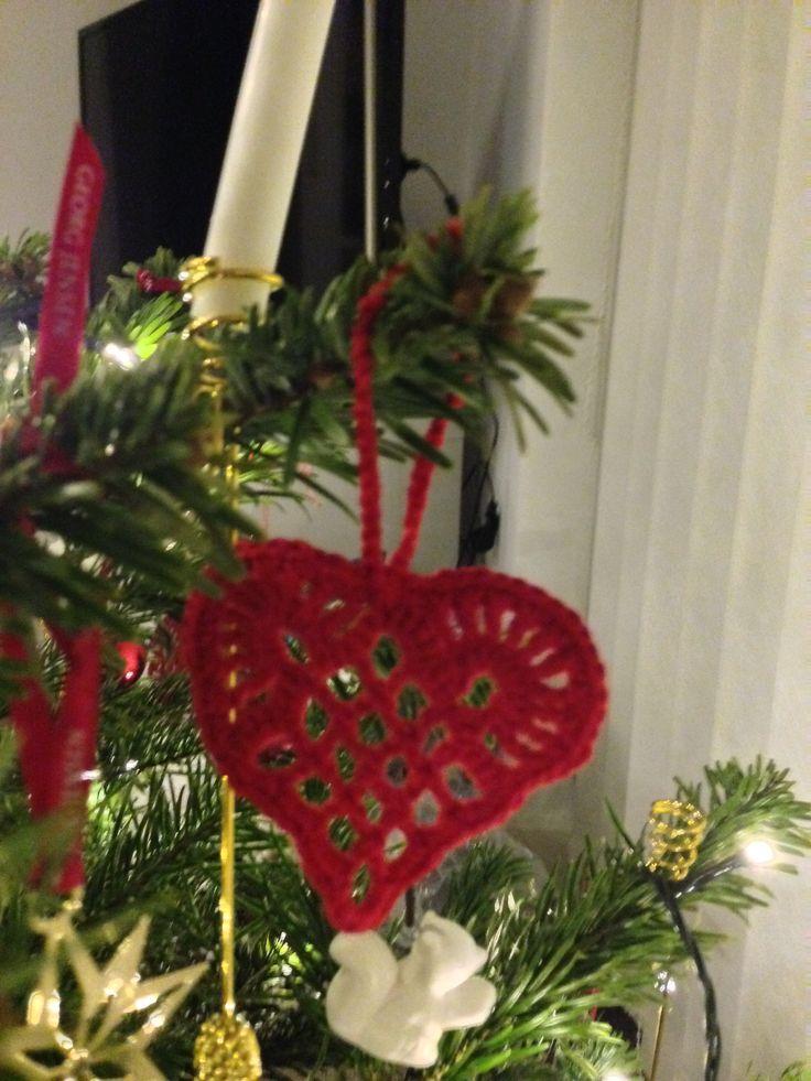 Hæklet julehjerte  Opskrift fra: http://www.hjemmet.dk/Jul/Julehandarbejde/Julehaklerier/Haklet-julepynt/