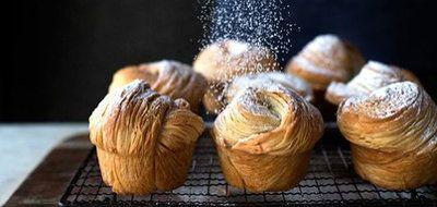 """Домашние булочки Краффины   Новый тренд из Америки - домашние булочки Краффины, для вас подробный рецепт!  Очень-очень вкусная выпечка получилась, когда """"скрестили"""" маффины с круассанами!  В Сан-Франциско люди выстаивают очереди, чтобы вкусить это блаженство! А вы сможете сами испечь - все будет подробно изложено, и у вас получится! Начинку для краффинов вы можете выбрать на свой вкус - шоколадные крем, карамель, ванильный пудинг, апельсиновый мармелад или... одним словом - нет грaниц!"""