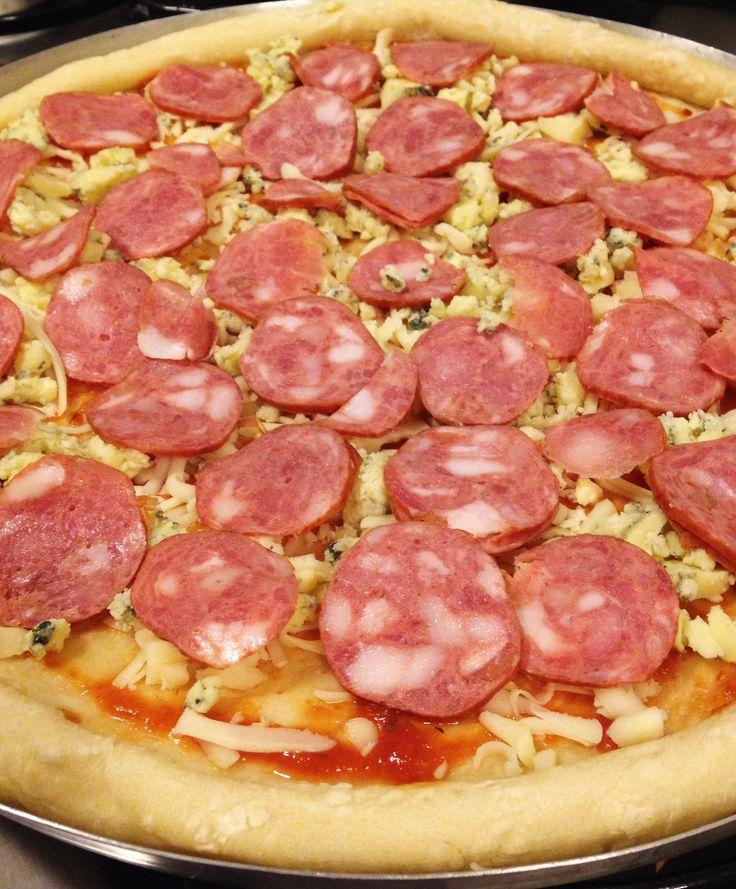 Pizza de calabresa com gorgonzola - massa feita em casa.